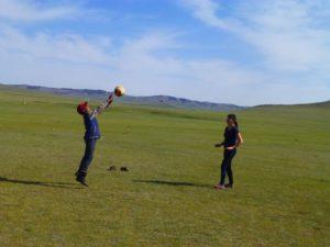 遊牧民の子供と遊ぶ