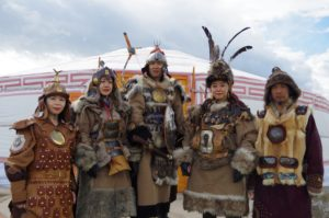 昔のモンゴル軍の衣装を着て記念撮影